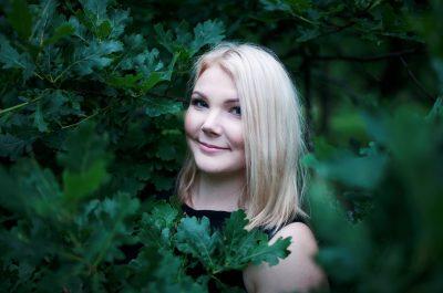 portrait muotokuva woman nainen metsä woods leafs lehdet
